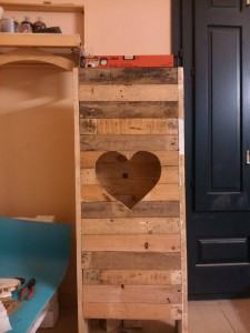 Valentine lamp made with pallets 2
