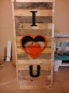 Valentine lamp made with pallets 4