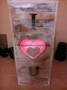 Valentine lamp made with pallets 5