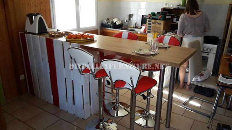 Breakfast bar for the kitchen built using palletsdiy for Table cuisine palette