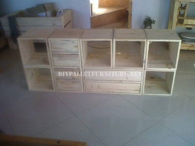 Modular shelving made with pallets 3