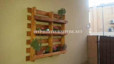 Outdoors shelf made from a recycled pallet