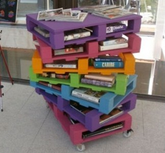 Colorful and original bookshelves and with pallets 1