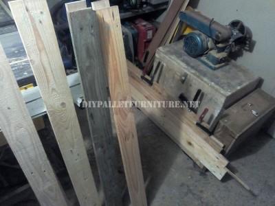 Design bookcase made of pallet planks 2