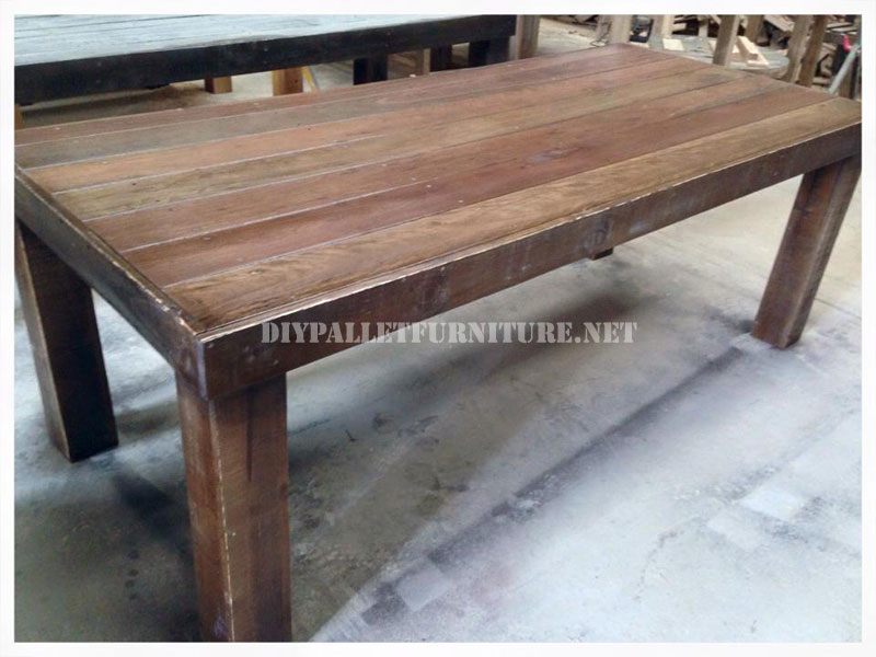 Dining table made with pallets 3diy pallet furniture diy for Table cuisine palette
