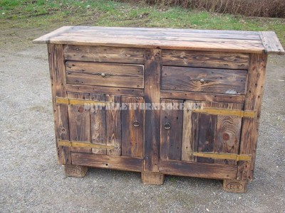 Rustic chest built with pallet planks