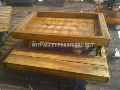 Table and sandbox of pallets 4