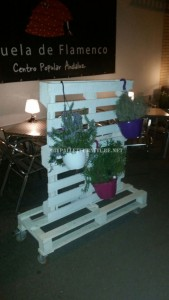 Vertical support for planters with pallets 2