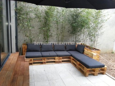 2 outdoor sofas built with pallets and the same system 1