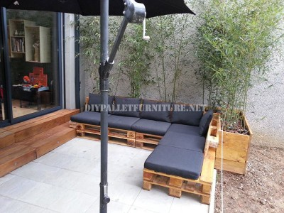 2 outdoor sofas built with pallets and the same system 2