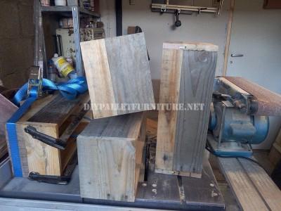 Design bookcase made of pallet planks 9