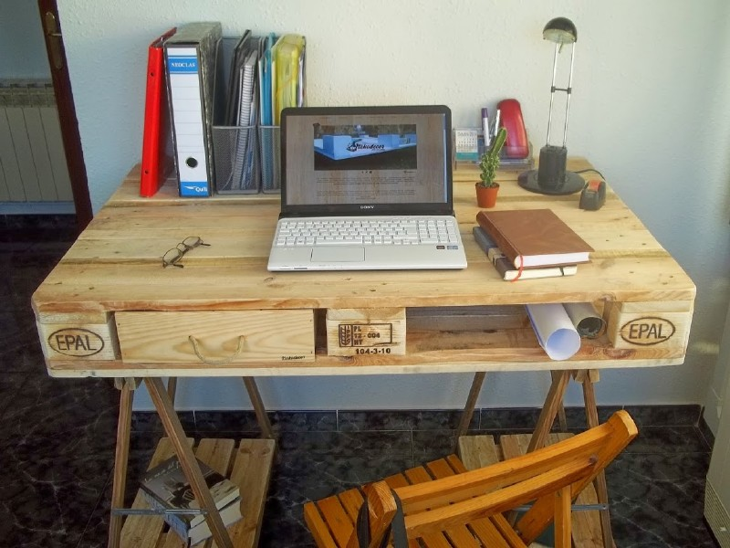 desk made from a pallet and 2 table trestles 2diy pallet. Black Bedroom Furniture Sets. Home Design Ideas
