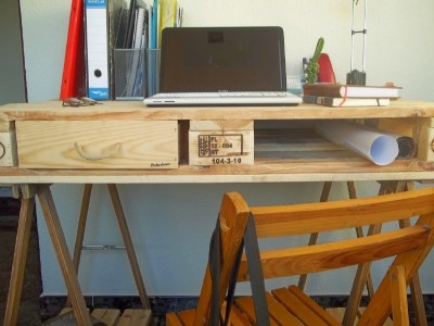 Desk made from a pallet and 2 table trestles 4