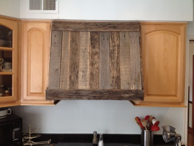 Kitchen hood made of pallet planks
