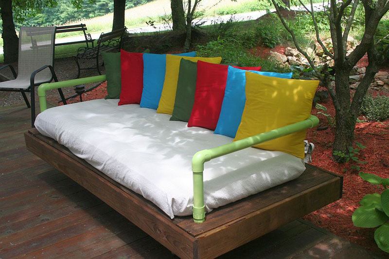 Outdoor bed sofa built with pallets and pvc pipesdiy for Muebles de pvc para exterior