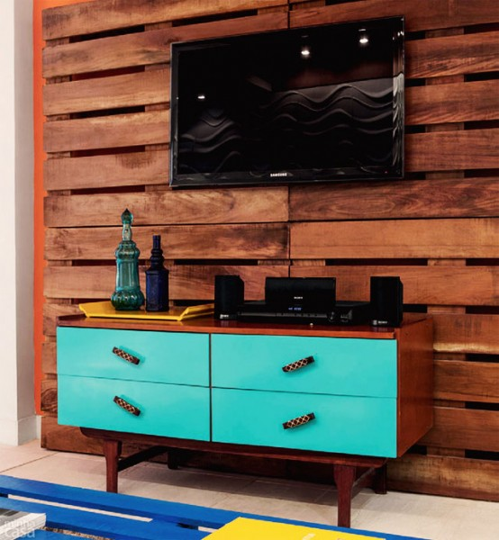 Small living room furnished with pallets 1