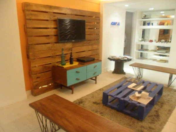Small living room furnished with pallets 3