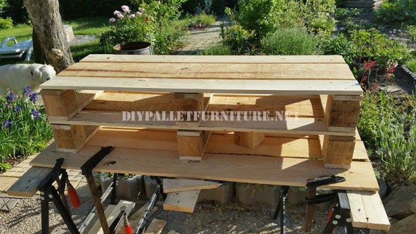 Corner bench for the garden with pallets 2