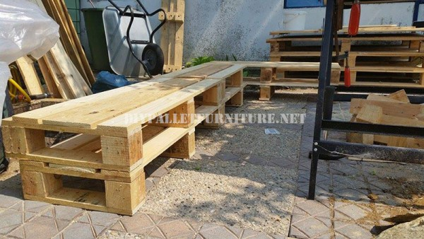 Corner bench for the garden with pallets 3