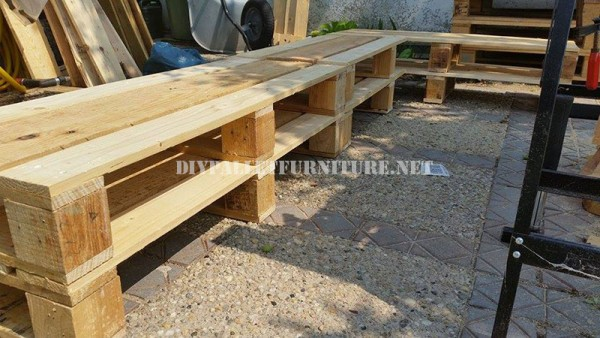 Corner bench for the garden with pallets 4