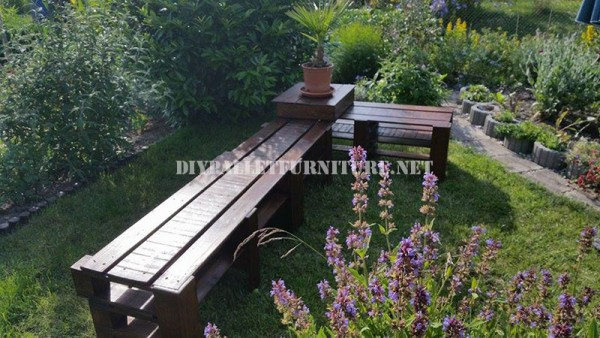 Corner bench for the garden with pallets 6