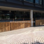 Enclosure for a bar-restaurant terrace made with pallets