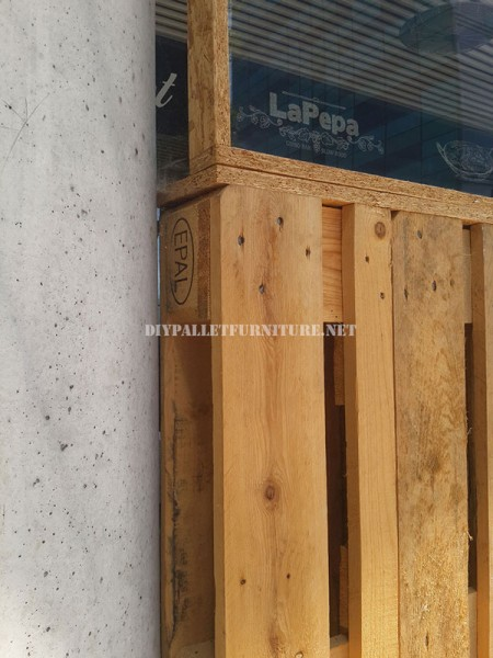 Enclosure for a bar-restaurant terrace made with pallets 4