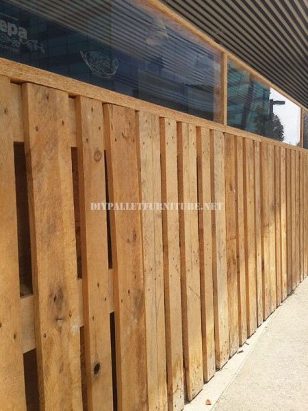 Enclosure for a bar-restaurant terrace made with pallets 5