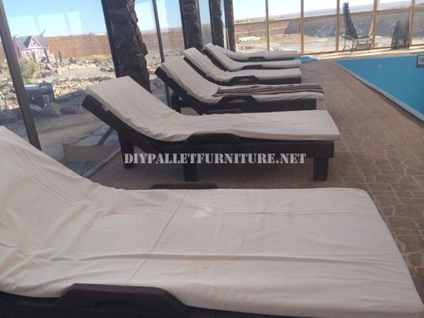 Examples of pallet loungers for a pool 1