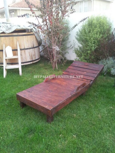 Examples of pallet loungers for a pool 6
