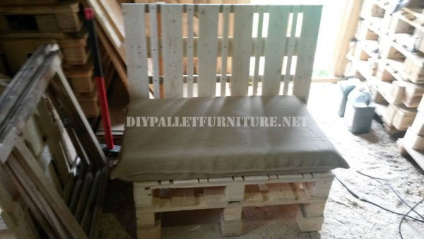 Outdoor sofa & table with pallets 3