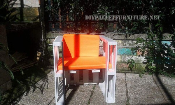 Outdoor sofas and armchairs with pallets 4