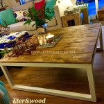 Table made with pallet planks and a metal tubular structure