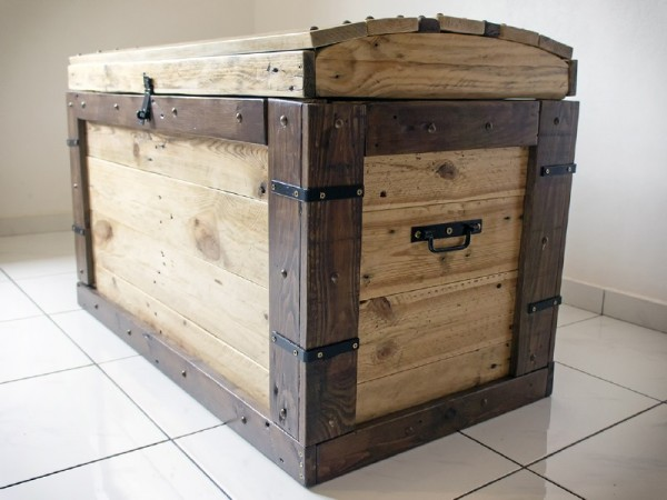 Trunk made with pallets 3
