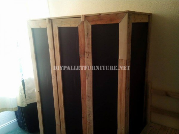 Wardrobe made with pallet planks and polypropylene sheets 1