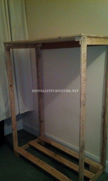 Wardrobe made with pallet planks and polypropylene sheets 4