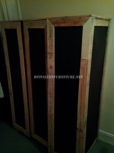 Wardrobe made with pallet planks and polypropylene sheets 6