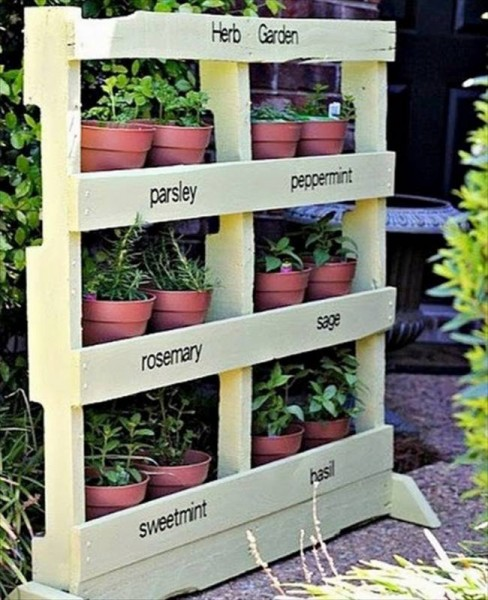 12 fantastic vertical gardens made with palletsdiy pallet for Vertical pallet garden bed