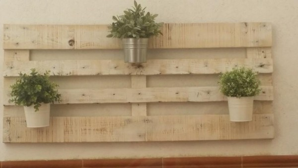 How easy is to create a vertical garden with pallets! 3