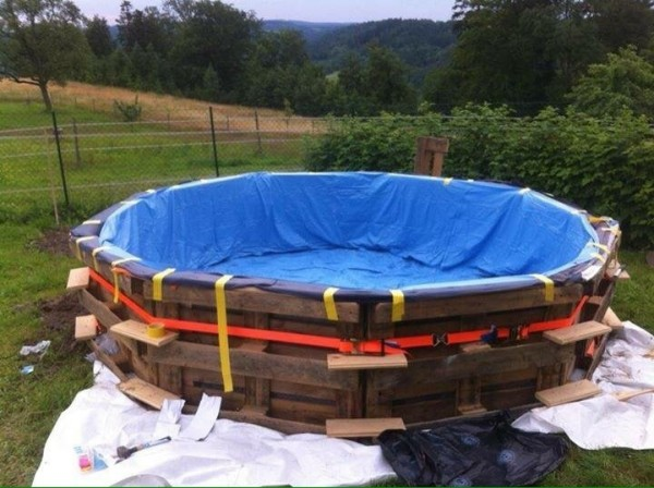 Huge swimming pool built with pallets step by step 5