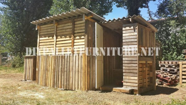 Kiosk and stall built with pallets 5