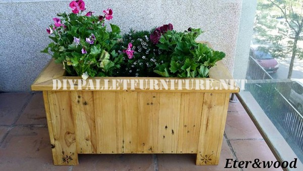 Large outdoor pallet planter 1