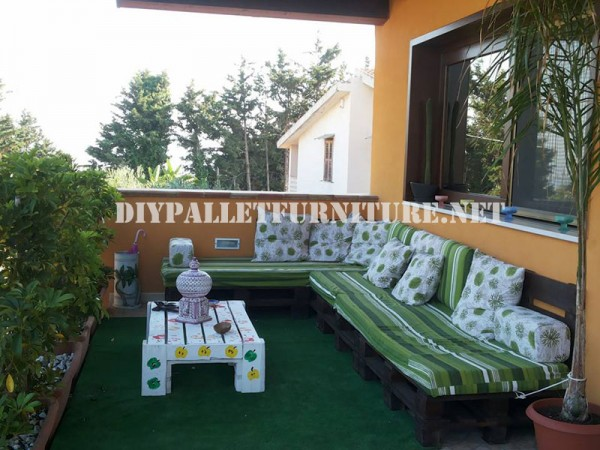 Outdoor sofa with pallets 1
