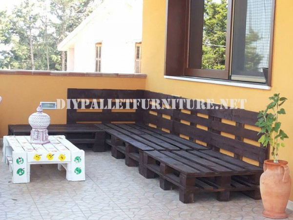 Outdoor sofa with pallets 2