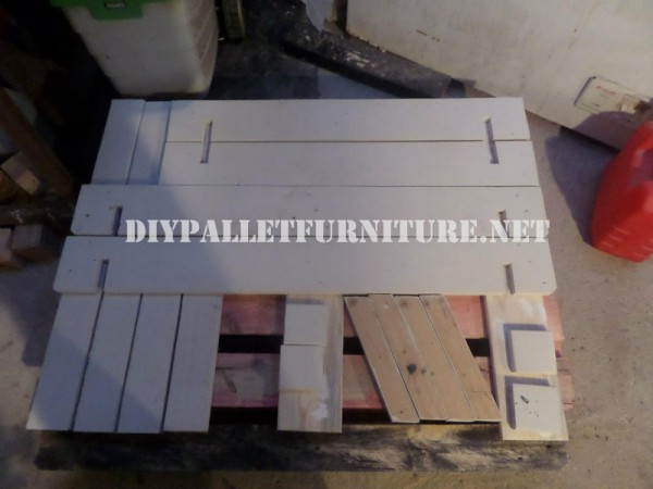 Play bench for kids with pallets 2
