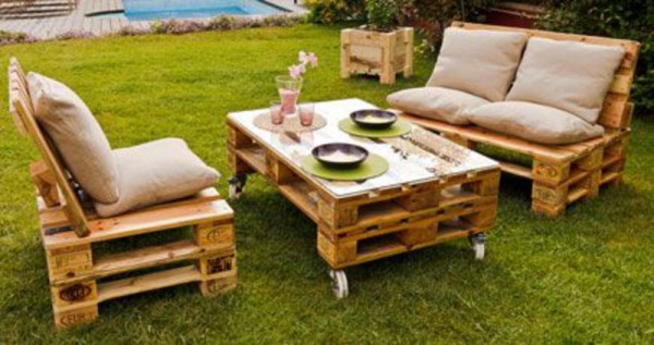Garden furnished with pallets 1