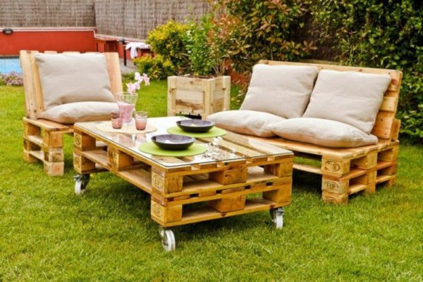 Garden furnished with pallets 2