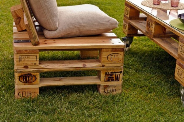 Garden furnished with pallets 4