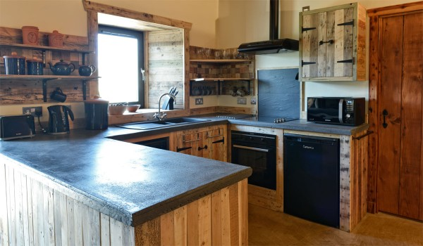 Lettoch Cottages, Country hotel coated and furnished with pallets 3 3
