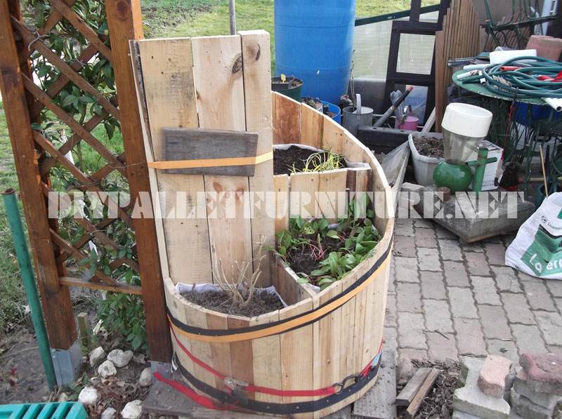 Spiral planter with pallets